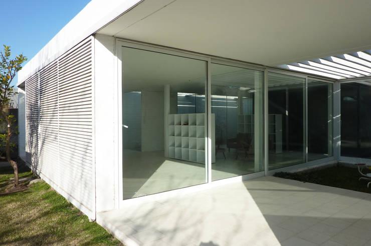 Pabellón cuatro x cuatro: Jardines de invierno de estilo moderno por Marcelo Ranzini - Arquitectura