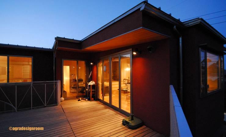 2階リビングに大きなウッドデッキ: アグラ設計室一級建築士事務所 agra design roomが手掛けた家です。