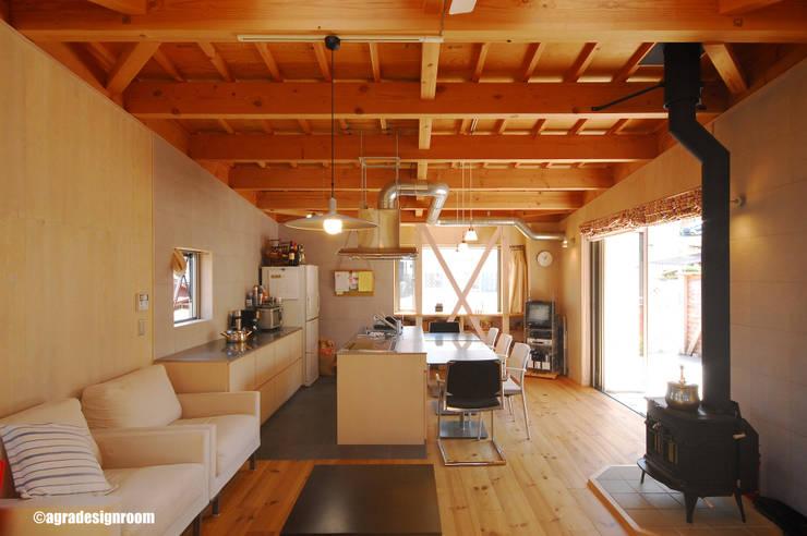 少しだけモダンな山小屋のようなリビング: アグラ設計室一級建築士事務所 agra design roomが手掛けたリビングです。