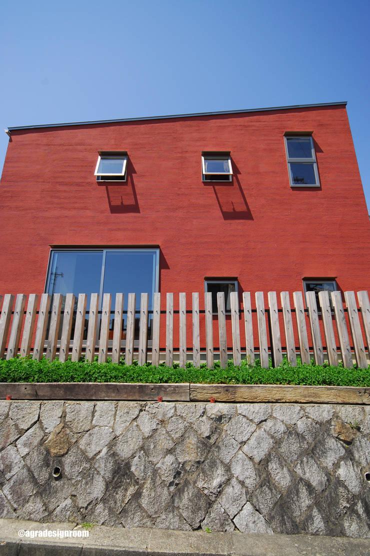 105角の柱材を利用した、外の世界を柔らかく繋ぐ木柵。: アグラ設計室一級建築士事務所 agra design roomが手掛けた家です。