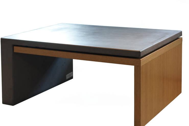 Stół z betonu architektonicznego połączony z drewnem: styl , w kategorii Salon zaprojektowany przez Bettoni
