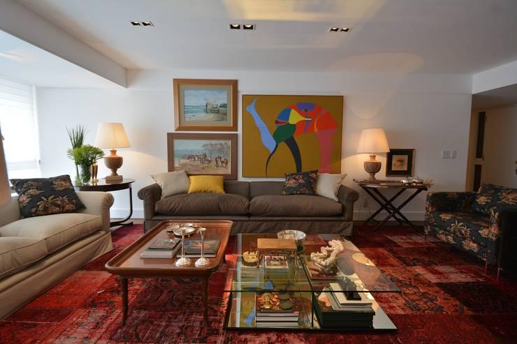 غرفة المعيشة تنفيذ Maria Christina Rinaldi Arquitetos