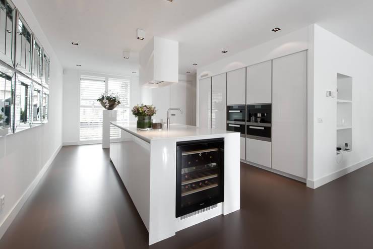 Moderne strakke greeploze witte Tieleman-keuken:  Keuken door Tieleman Keukens