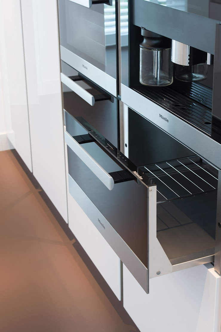 Moderne strakke greeploze witte Tieleman-keuken:  Keuken door Tieleman Keukens, Modern