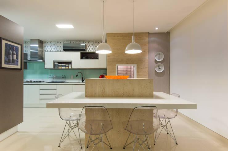 Ilha cozinha: Cozinha  por CASA Arquitetura e design de interiores