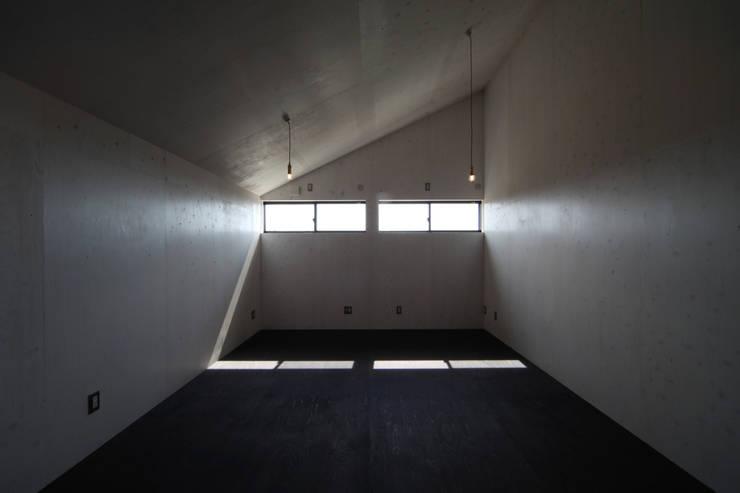 Projekty,  Pokój multimedialny zaprojektowane przez 加門建築設計室, Nowoczesny
