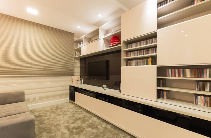 Sala de tv:   por CASA Arquitetura e design de interiores,Eclético