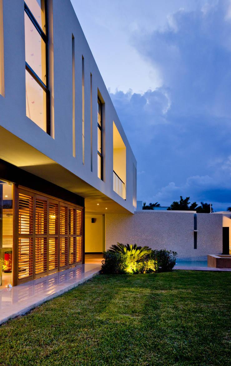 Residencia 41BJ : Albercas de estilo  por r79