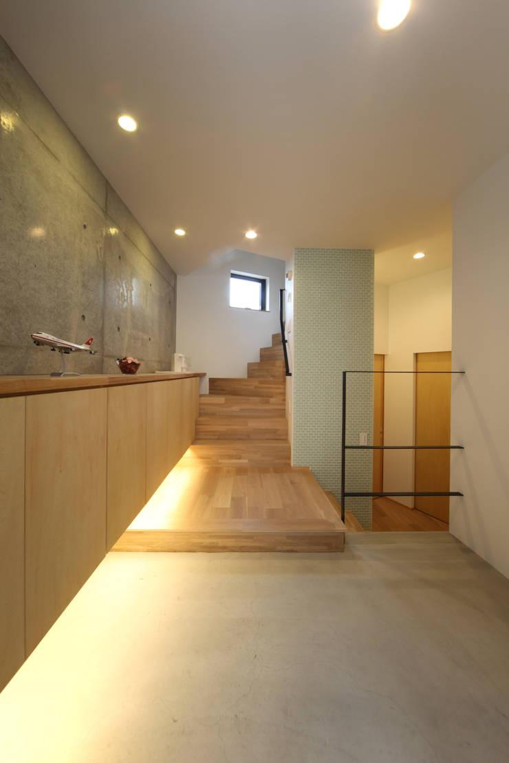 稚児宮通の家: 加門建築設計室が手掛けた廊下 & 玄関です。