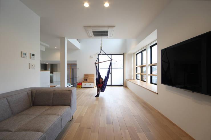 稚児宮通の家: 加門建築設計室が手掛けたリビングです。