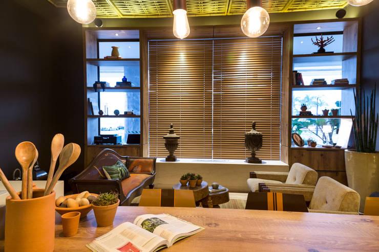 Refúgio do Homem do Mar: Salas de estar ecléticas por Jean Felix Arquitetura
