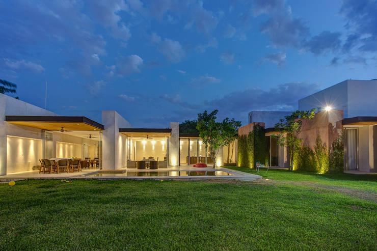 Por ahí: Casas de estilo  por r79