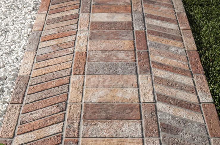 Un formato importante, combinabile a piacere: Pareti & Pavimenti in stile in stile Industriale di Ceramica Rondine