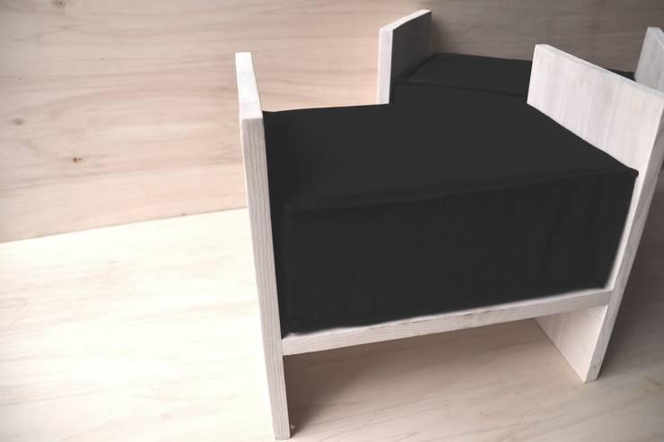 taboret CZARNY LEN: styl , w kategorii  zaprojektowany przez Ż Pracownia,Nowoczesny Drewno O efekcie drewna