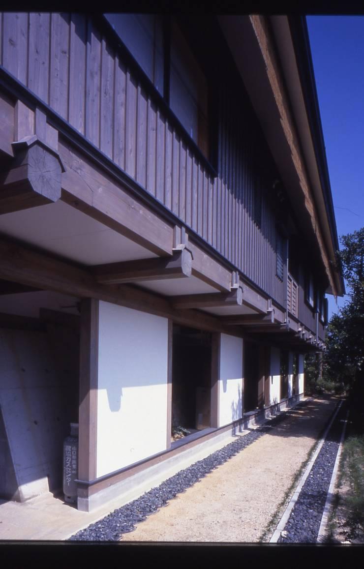 旧い石垣の段差を生かした懸造り。: 酒井光憲・環境建築設計工房が手掛けた家です。,