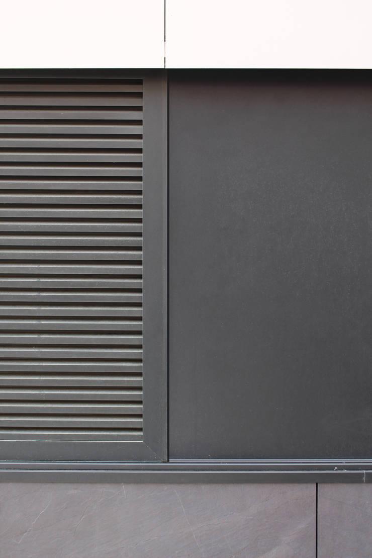 Quadra - Pormenor da portada exterior (fechada): Casas  por Sónia Cruz - Arquitectura