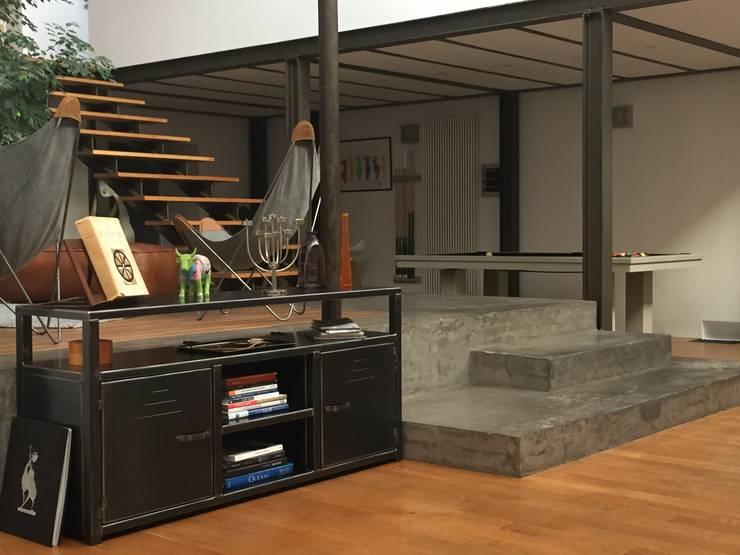 Meuble en acier sur mesure -Meuble style industriel: Salon de style de style Industriel par MICHELI Design