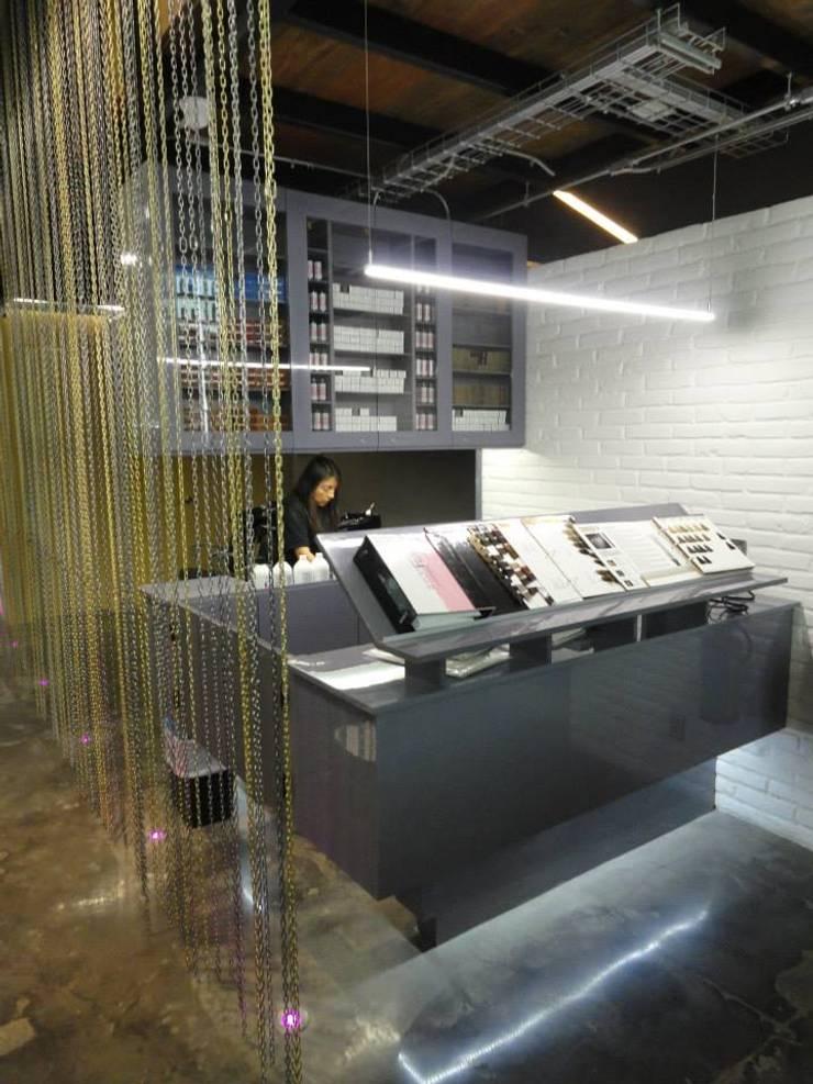 Colorbar: Oficinas y tiendas de estilo  por Fabrica210