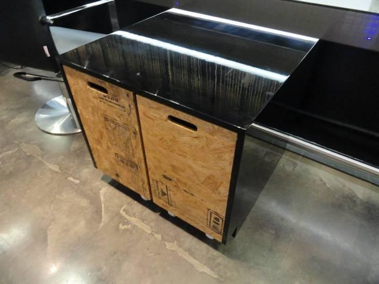 Mueble de guardado: Oficinas y tiendas de estilo  por Fabrica210