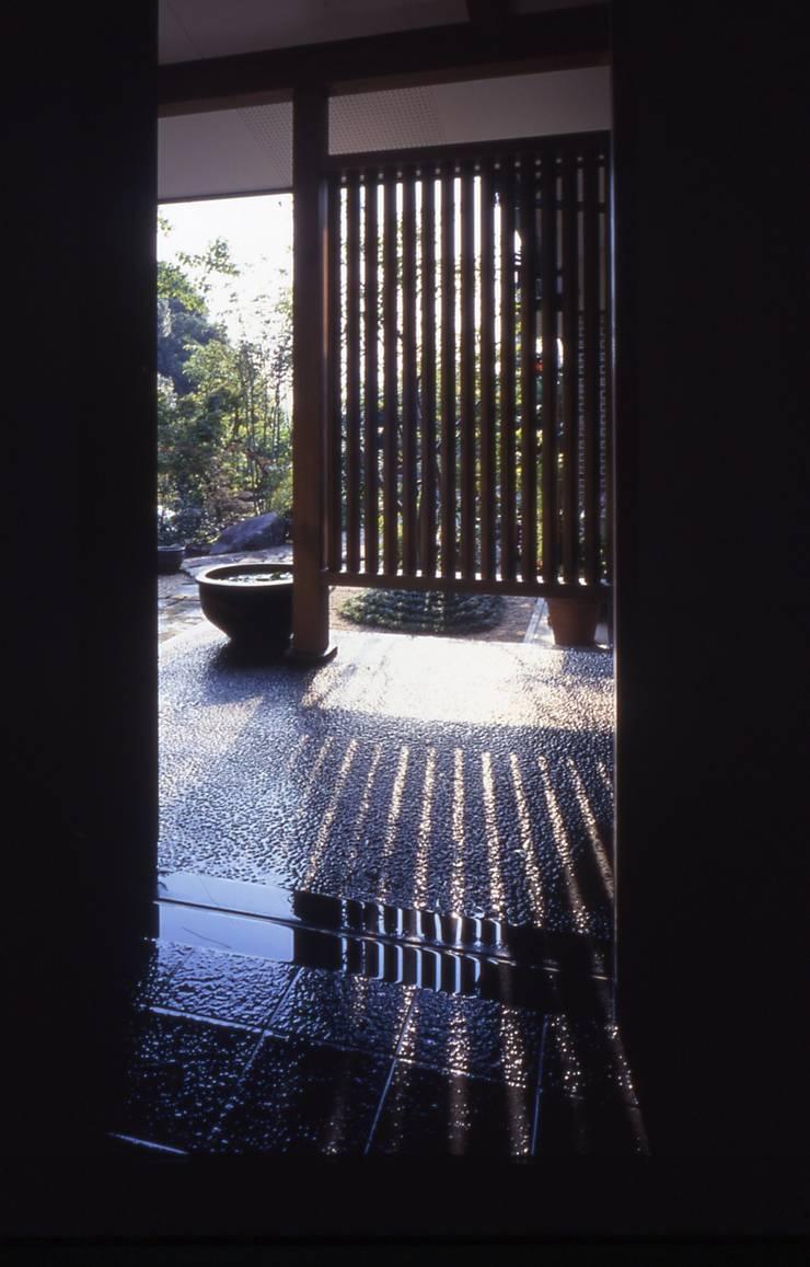 玄関ポーチ。: 酒井光憲・環境建築設計工房が手掛けた家です。,