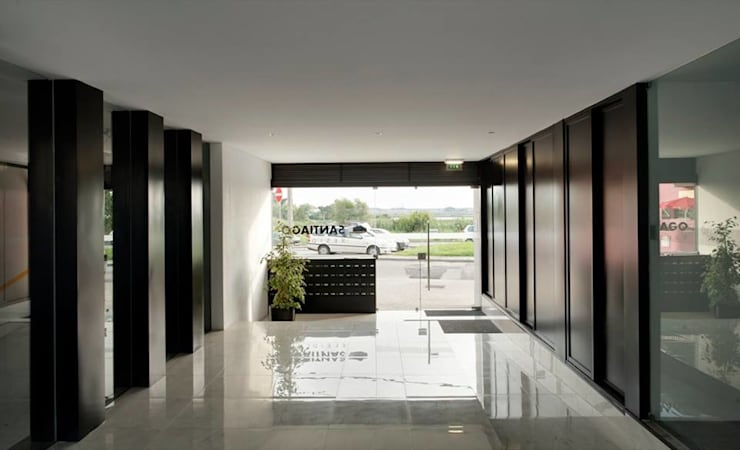 Santiago - Entrada, vista interior: Corredores e halls de entrada  por Sónia Cruz - Arquitectura