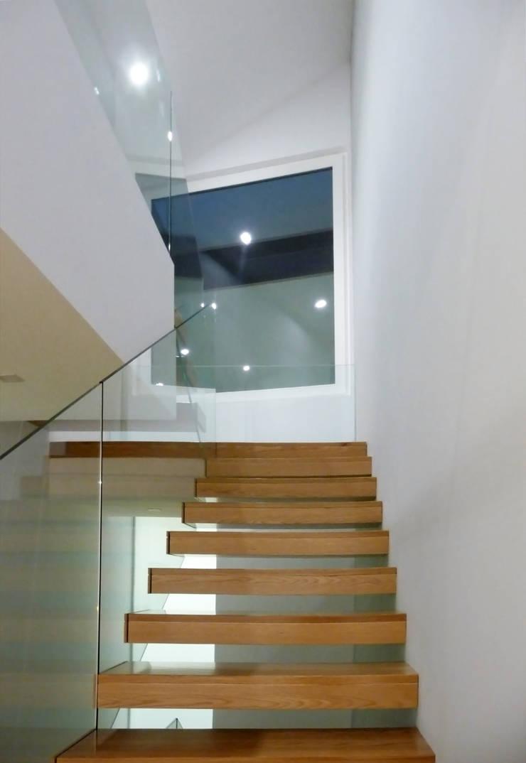 Casa de Sá: Corredores e halls de entrada  por Sónia Cruz - Arquitectura