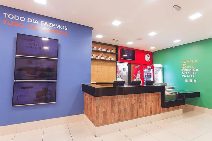 Habib's Bancários: Salas de jantar  por Martins Lucena Arquitetos