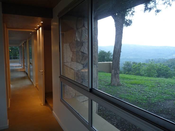 Vivienda Unifamiliar en Raco.: Pasillos y recibidores de estilo  por ee.arquitectos