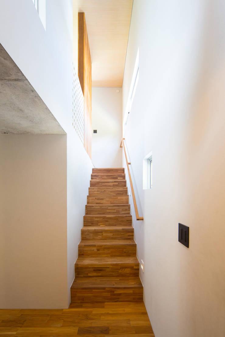 絆の家: プラソ建築設計事務所が手掛けた廊下 & 玄関です。