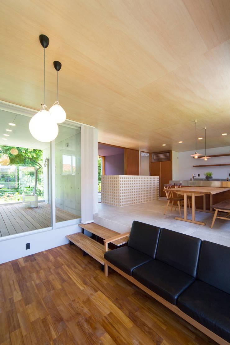 絆の家: プラソ建築設計事務所が手掛けたリビングです。