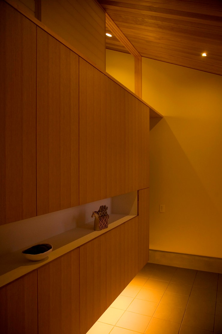 袋井の家 玄関: 木名瀬佳世建築研究室が手掛けた廊下 & 玄関です。