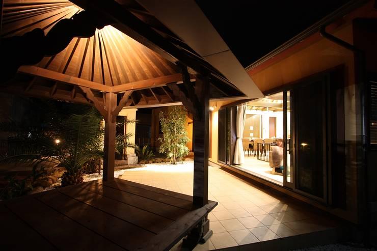 Jardines de estilo  por atelier shige architects /アトリエシゲ一級建築士事務所, Asiático Madera Acabado en madera