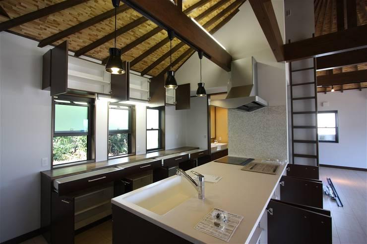 Cocinas de estilo  por atelier shige architects /アトリエシゲ一級建築士事務所, Asiático Mármol