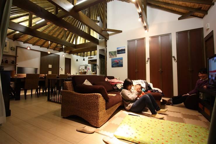 Salas / recibidores de estilo  por atelier shige architects /アトリエシゲ一級建築士事務所, Asiático Madera Acabado en madera