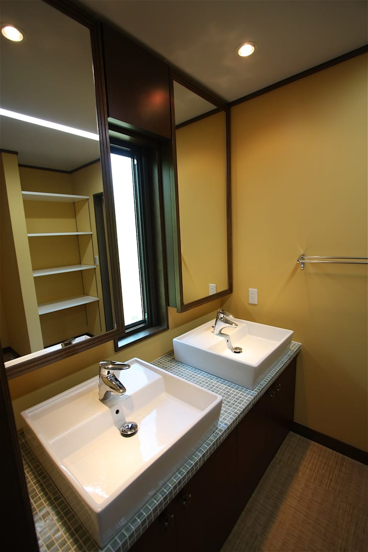 Asian style bathrooms by atelier shige architects /アトリエシゲ一級建築士事務所 Asian
