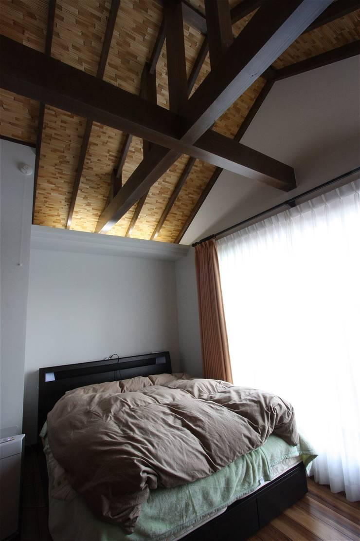 Cuartos de estilo  por atelier shige architects /アトリエシゲ一級建築士事務所, Asiático Madera Acabado en madera