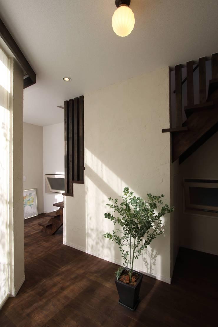 ギャラリーのある家: アトリエグローカル一級建築士事務所が手掛けた廊下 & 玄関です。