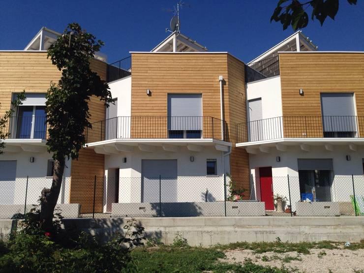 Gli ingressi: Case in stile  di Archética