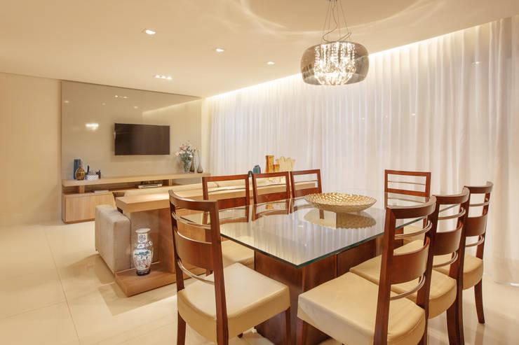 Sala de jantar e estar: Salas de jantar  por Novità - Reformas e Soluções em Ambientes