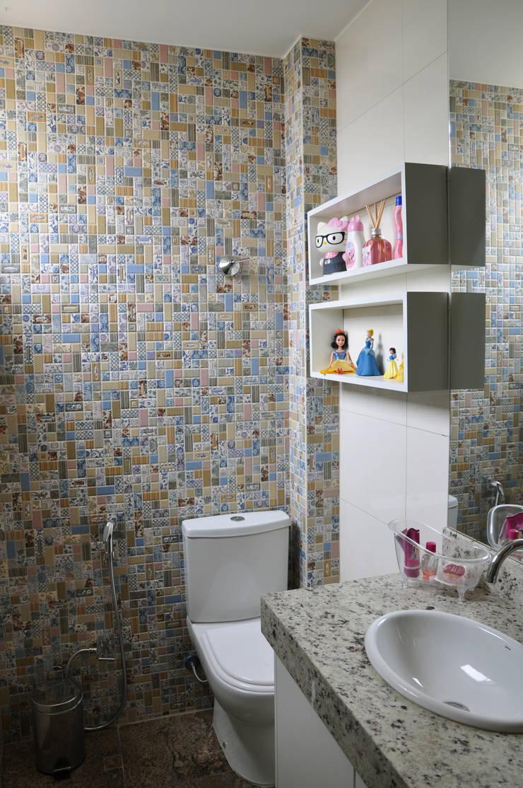 Banheiro filha: Banheiros  por Novità - Reformas e Soluções em Ambientes