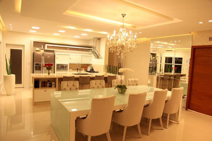 INTEGRAR PARA UNIR : Sala de jantar  por Cristiane Rauber Arquitetura | Construção