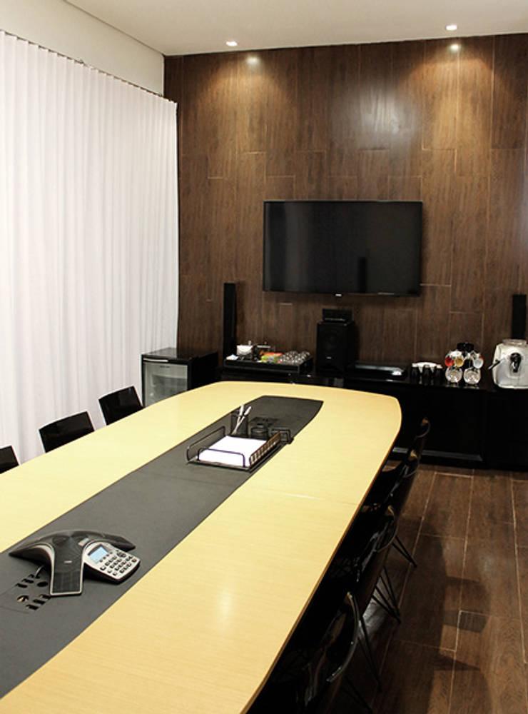 Sala de reuniões principal: Lojas e imóveis comerciais  por Novità - Reformas e Soluções em Ambientes