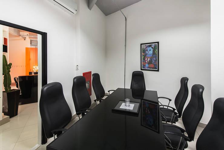 Sala de reuniões internas: Lojas e imóveis comerciais  por Novità - Reformas e Soluções em Ambientes