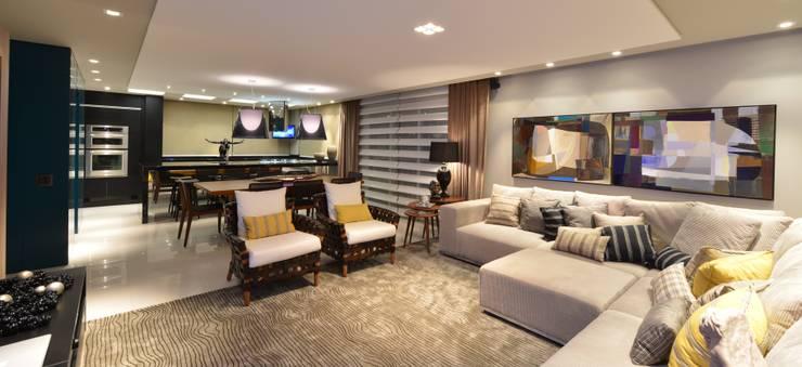 Apartamento Orla Marítima Salas de estar modernas por ANNA MAYA ARQUITETURA E ARTE Moderno Têxtil Ambar/dourado