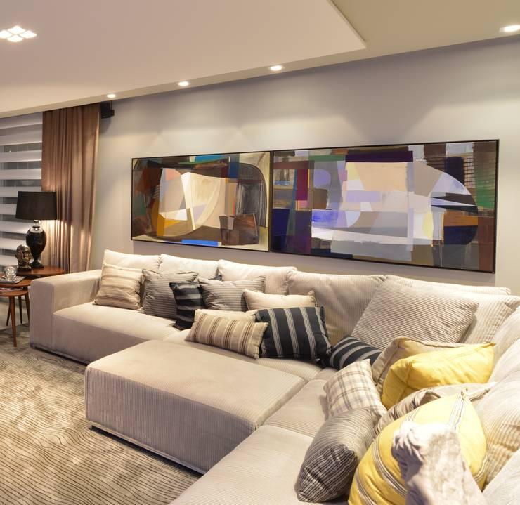 Apartamento Orla Marítima: Salas de estar  por ANNA MAYA & ANDERSON SCHUSSLER