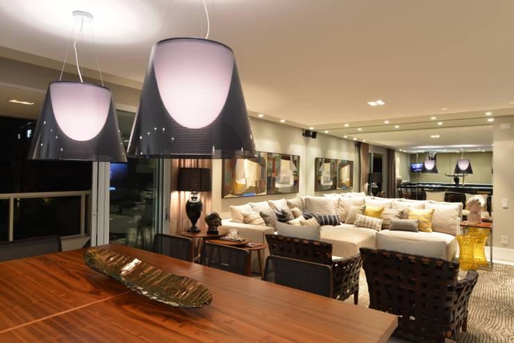 Apartamento Orla Marítima Salas de jantar modernas por ANNA MAYA ARQUITETURA E ARTE Moderno Madeira Efeito de madeira