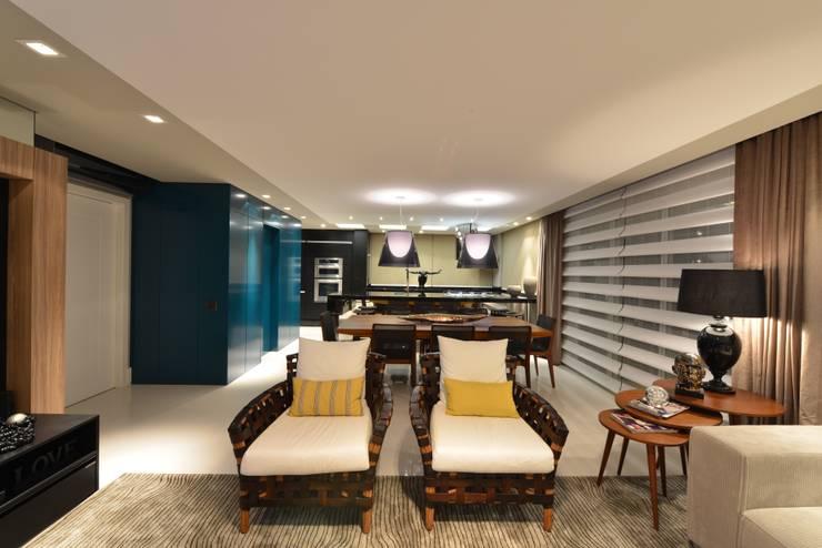 Apartamento Orla Marítima Salas de estar modernas por ANNA MAYA ARQUITETURA E ARTE Moderno Madeira Efeito de madeira
