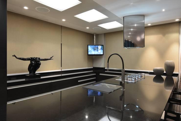 Apartamento Orla Marítima Cozinhas modernas por ANNA MAYA ARQUITETURA E ARTE Moderno Mármore