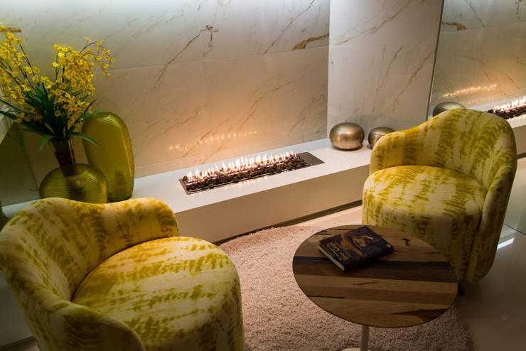 Apartamento Bocaiúva : Salas de estar  por ANNA MAYA & ANDERSON SCHUSSLER