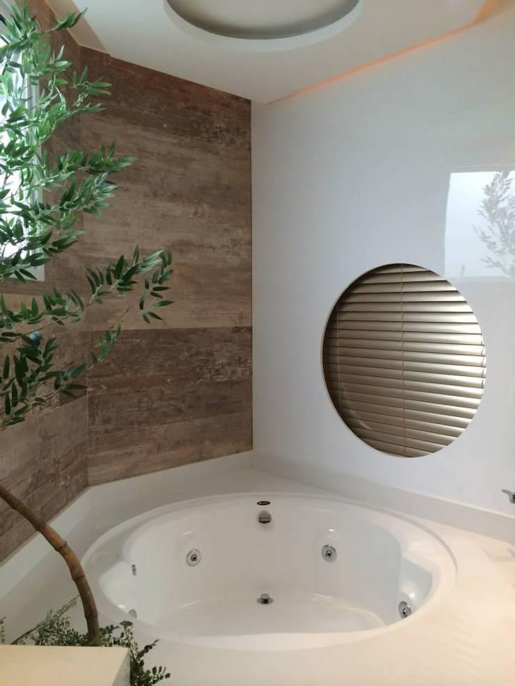 Loft Marine Home Resort: Banheiros  por ANNA MAYA ARQUITETURA E ARTE,